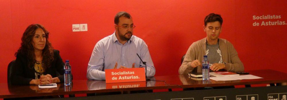 El candidato a la Presidencia del Principado de Asturias y Secretario General de la FSA-PSOE, Adrián Barbón junto a la Secretaria de Comunicación, Pilar Huerta, y el Secretario de Movilización y Redes, Iván González.
